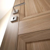 porta interna in laminato in noce biscotto con vetro seta avorio dettaglio kentia ican