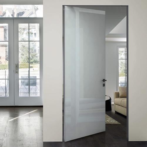 Porta in vetro verniciato bianco neve dinamika in alluminio con apertura a bilico e stipite - Porte interne alluminio e vetro ...