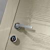 porta in legno frassino laccato lucido grigio pietra con finitura graffiato e telaio inverso dettaglio battente dorica castelli