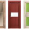 porta interna in laminato in noce biscotto e larice rosso sabbia con vetro satinato bronzo e bianco coprente lucido e seta verde a battente akebia ican