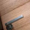 porta in legno dettaglio maniglia battente dorica castelli
